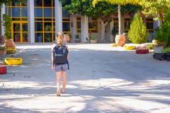 Portrair nastolatka dziewczyna Z powrotem szkoła widok z powrotem obraz stock