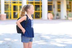 Portrair tonårig flicka tillbaka som ska skolas royaltyfria foton