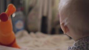 Portrait à la maison de bébé se trouvant sur le lit banque de vidéos