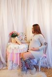 Portrait à la maison de femme enceinte Photo libre de droits