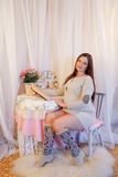 Portrait à la maison de femme enceinte Images libres de droits