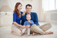 Portrait à la maison de jeune famille heureuse Photos stock