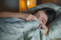 Portrait à la maison de mode de vie de la jeune belle femme chinoise asiatique triste et déprimée éveillée dans la crise de souff image stock
