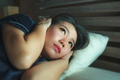 Portrait à la maison de mode de vie de la jeune belle femme chinoise asiatique triste et déprimée éveillée dans la crise de souff images libres de droits