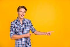 Portrait à lui il gentil type réussi gai gai attirant utilisant la chemise vérifiée dirigeant de côté l'annonce d'isolement plus  image stock