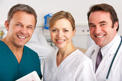 Portrait-Ärzteteam auf Krankenhausbezirk Lizenzfreies Stockfoto
