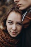 Portrait élégant de femme de hippie souriant tout en étreignant son homme T Photo libre de droits