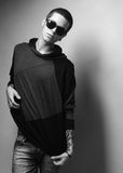 Portrait élégant de jeune homme de mode photographie stock libre de droits