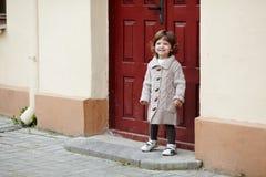 Portrait élégant urbain de petite fille Photo libre de droits