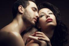 Portrait émotif de deux amants - homme bel et femme magnifique Photographie stock libre de droits