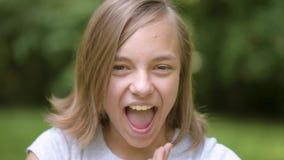 Portrait émotif de fille de l'adolescence banque de vidéos