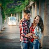Portrait émotif des couples affectueux étreignants pendant leur promenade le long de l'arcade dans Hall centennal à Wroclaw Photographie stock libre de droits