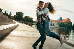 Portrait émotif des couples de sourire heureux extérieurs Le jeune homme tourne autour de sa belle amie Photos libres de droits