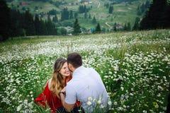 Portrait émotif des couples heureux L'homme embrasse sa jolie amie blonde de sourire dans le front tandis que Photo libre de droits