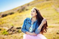 Portrait émotif du portrait élégant de mode de la femme assez jeune de brune de hippie, allant couleurs folles et douces, fraîche photos libres de droits