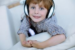 Portrait étonnant d'un garçon de sourire mignon Image stock
