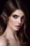 Portrait étonnant de femme Vagues de hollywood de coiffure Images libres de droits