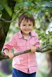 Portrait étroit d'un garçon caucasien mignon photo stock