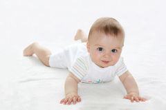 Portrait étroit d'un petit garçon mignon, regardant l'appareil-photo Images libres de droits