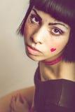 Portrait étroit de belle jeune fille avec les taches de rousseur et peu de coeur photo stock