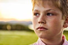 Portrait étroit de garçon au coucher du soleil image libre de droits