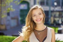 Portrait étroit de la jeune belle femme blonde, sur le fond Image stock