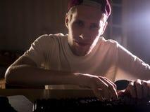 Portrait étroit du jeune homme barbu jouant le jeu vidéo sur un ordinateur à la maison dans la nuit image libre de droits
