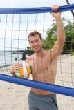 Portrait actif de mode de vie d'homme de volleyball de plage Image libre de droits