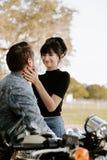 Portrait adorable aimant de deux jeunes à la mode modernes adultes beaux attirants Guy Girl Couple Kissing et étreindre photo libre de droits
