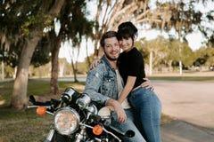 Portrait adorable aimant de deux jeunes à la mode modernes adultes beaux attirants Guy Girl Couple Kissing et étreindre photographie stock