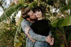 Portrait adorable aimant de deux jeunes à la mode modernes adultes beaux attirants Guy Girl Couple Kissing et étreindre image libre de droits