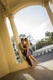 Portrait affectueux attrayant de couples dans l'amphithéâtre extérieur Images stock