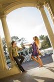 Portrait affectueux attrayant de couples dans l'amphithéâtre extérieur Photo stock