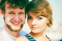 Portrait affectueux heureux de couples extérieur images stock