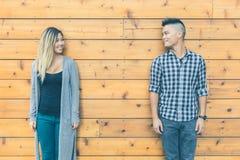 Portrait asiatique de couples sur le fond en bois Photos stock