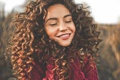Portrait atmosphérique de belle jeune dame Photographie stock libre de droits