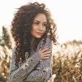 Portrait atmosphérique de belle jeune dame image stock