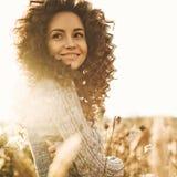 Portrait atmosphérique de belle jeune dame photos stock