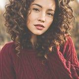 Portrait atmosphérique de belle jeune dame photos libres de droits