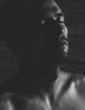 Portrait atmosphérique foncé d'un homme décontracté Image libre de droits