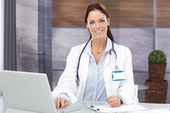 Portrait of attractive female doctor Royalty Free Stock Photos