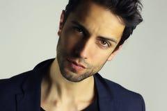 Portrait attrayant de headshot de jeune homme Photographie stock
