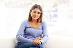 Portrait attrayant de jeune femme Photographie stock