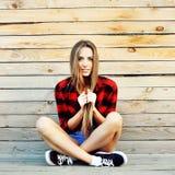 Portrait attrayant de jeune femme extérieur Image stock