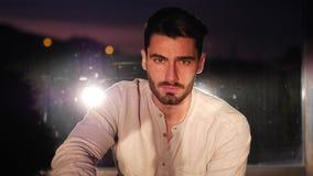 Portrait attrayant de jeune homme au coucher du soleil banque de vidéos