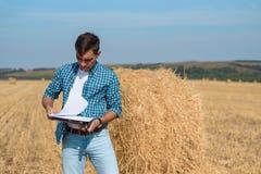 Portrait avant authentique d'agronome d'agriculteur de jeune homme dans la meule de foin photo libre de droits