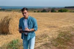 Portrait avant authentique d'agronome d'agriculteur de jeune homme dans la meule de foin photo stock