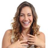Portrait avant de rire drôle de femme de mode hilare Photo libre de droits