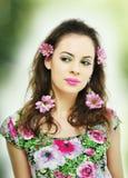 Portrait avec des fleurs Photographie stock libre de droits