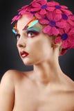Portrait avec des fleurs et des plumes Photo stock